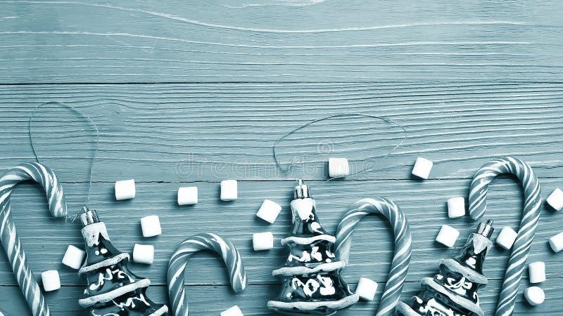 Doces e deleites do Natal na tabela Presentes doces para o childre imagem de stock