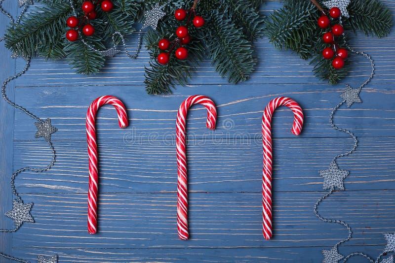 Doces e deleites do Natal na tabela Presentes doces para o childre foto de stock