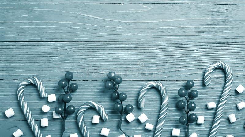 Doces e deleites do Natal na tabela Presentes doces para o childre fotografia de stock royalty free