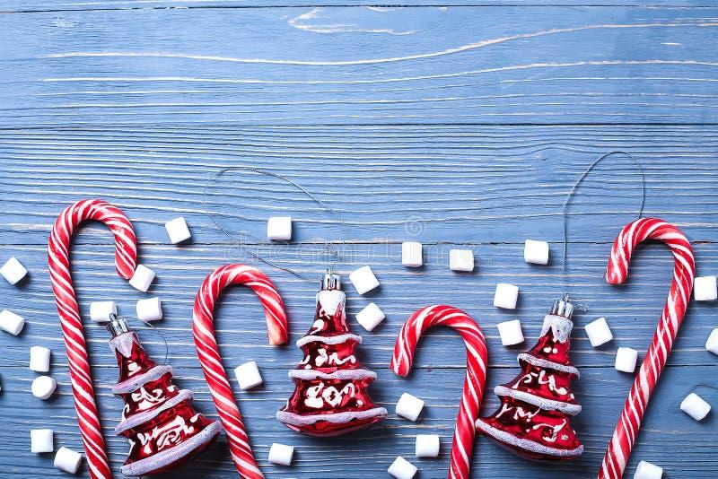 Doces e deleites do Natal na tabela Presentes doces para o childre imagens de stock royalty free