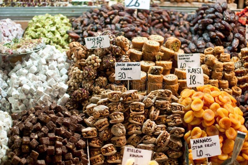 Doces e frutas secadas no mercado da especiaria de Istambul. fotografia de stock royalty free