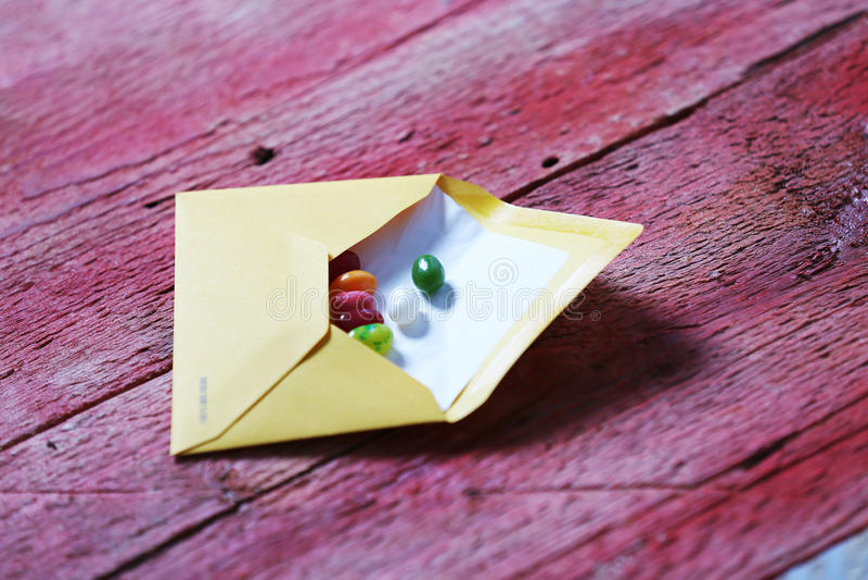 Doces em um envelope fotos de stock royalty free
