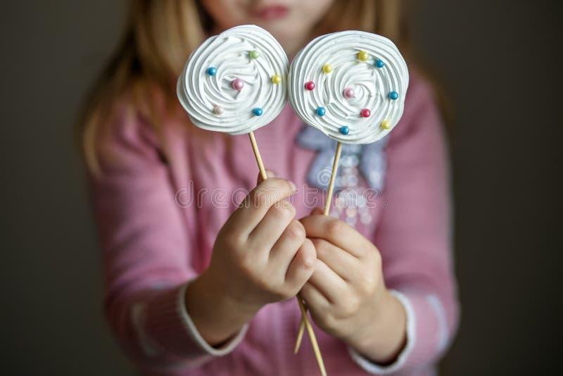 Doces em uma vara nas mãos das crianças O conceito dos doces, partido, padaria fotos de stock royalty free