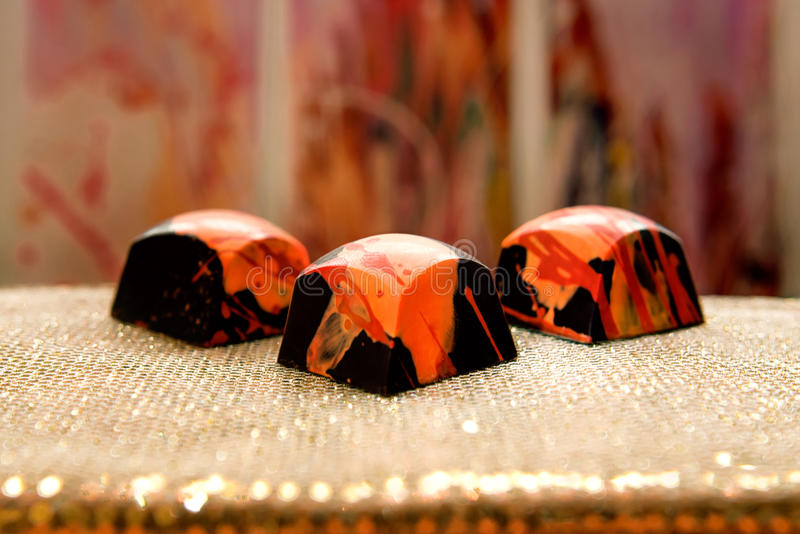 Doces escuros feitos a mão originais do chokolate foto de stock royalty free