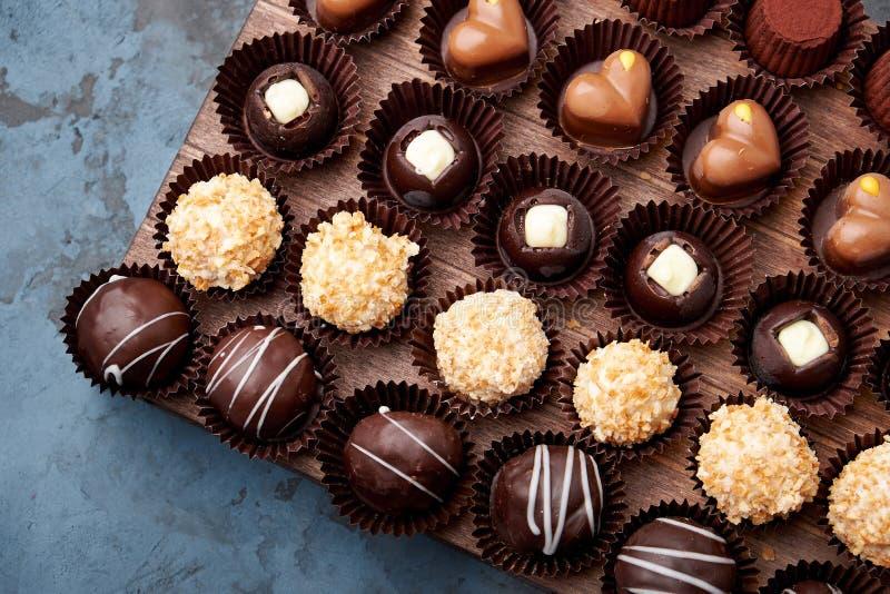 Doces feitos a mão, confeitos e trufas do chocolate na variedade imagens de stock