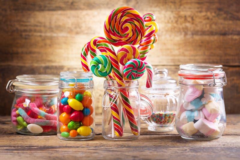 Doces, geleias, pirulitos, marshmallows e doce de fruta coloridos imagem de stock
