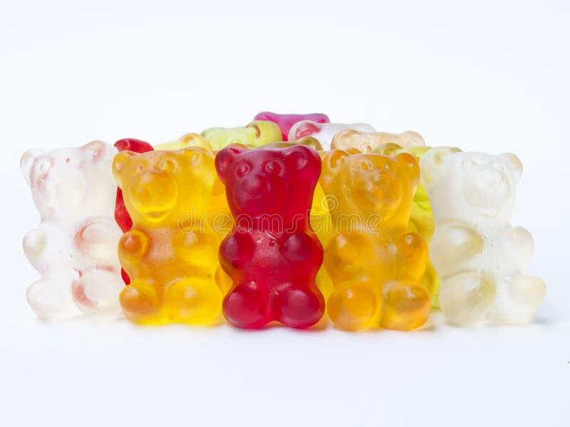 Doces gomosos dos ursos no fundo isolado branco fotografia de stock