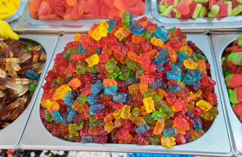 Doces gomosos dos ursos para a venda no mercado local imagem de stock