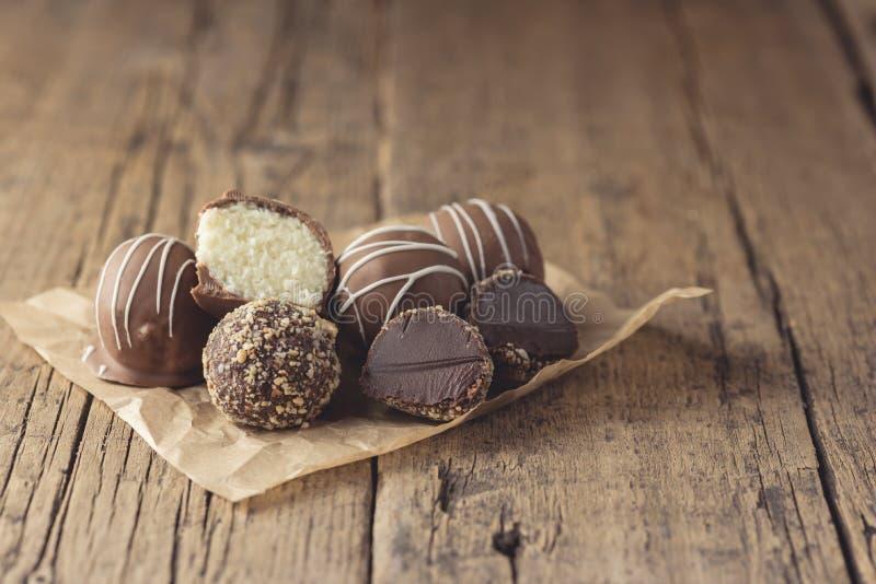 Doces saborosos caseiros crus do chocolate do vegetariano e da sobremesa saudável do vegetariano dos doces do coco de chocolate n fotografia de stock