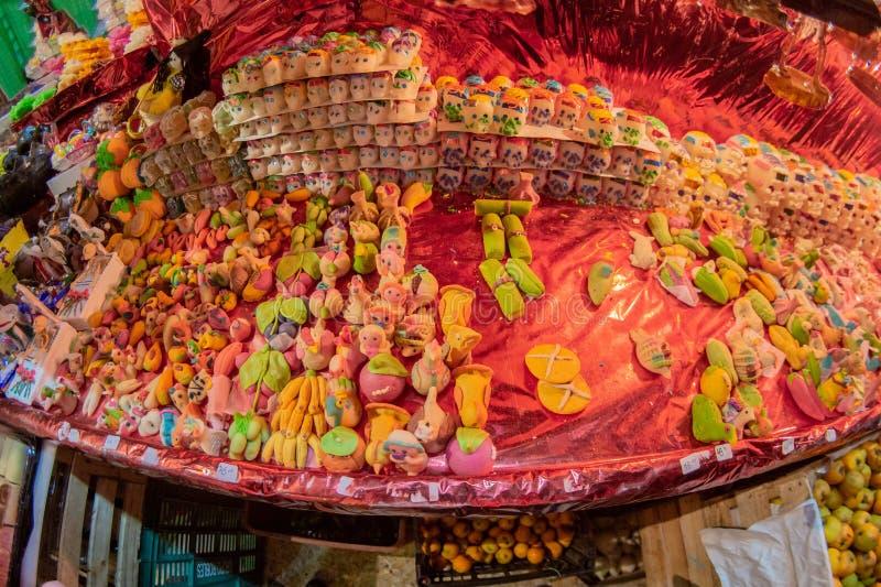 Doces tradicionais mexicanos do crânio do açúcar foto de stock