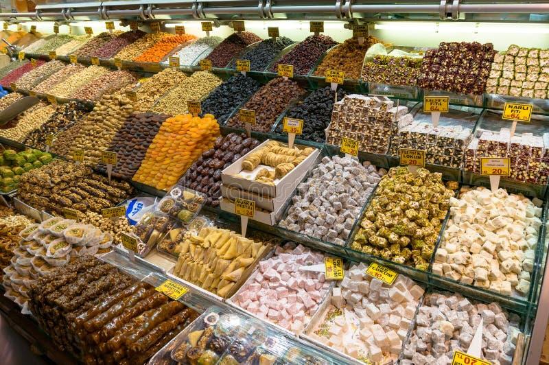 Doces turcos autênticos, loukoum e frutos secados em di foto de stock royalty free