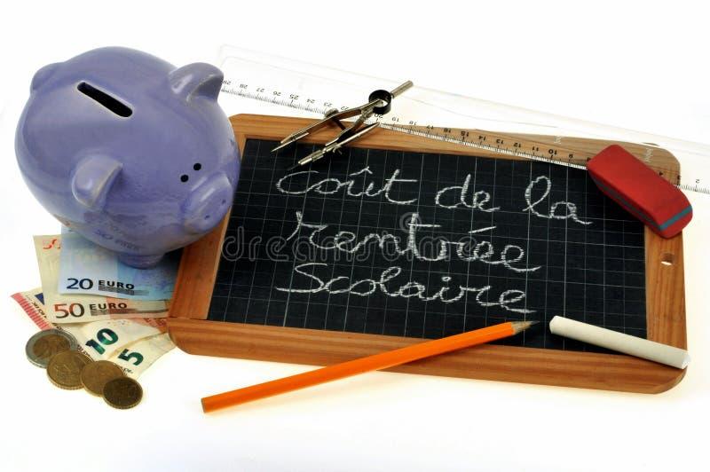 Dochody kosztują pojęcie z prosiątko bankiem i szkolnymi dostawami ilustracji