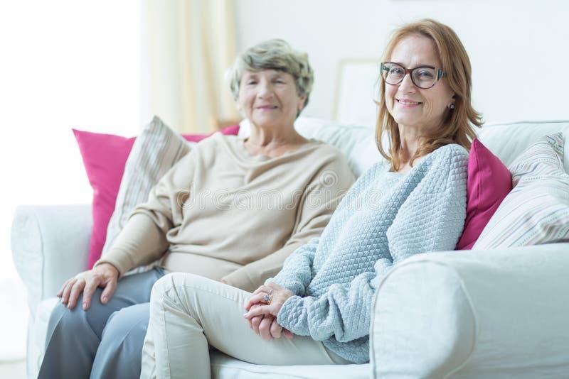 Dochter bezoekende oudere moeder royalty-vrije stock fotografie