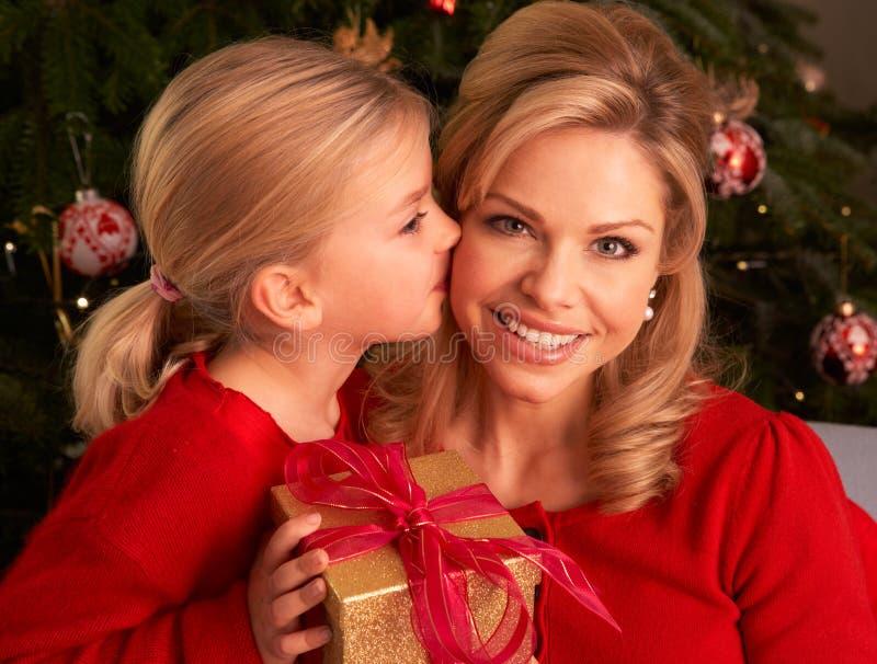 Dochter die de Gift van Kerstmis van de Moeder geeft royalty-vrije stock foto's