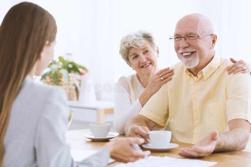 Dochter die gelukkige bejaarde ouders bezoeken royalty-vrije stock fotografie