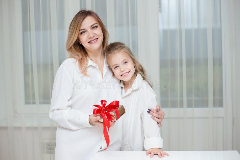 Dochter die haar moeder geven aanwezige Kerstmis royalty-vrije stock foto's