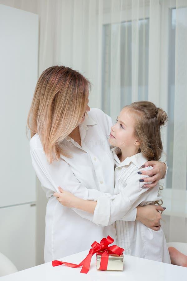 Dochter die haar moeder geven aanwezige Kerstmis royalty-vrije stock afbeelding