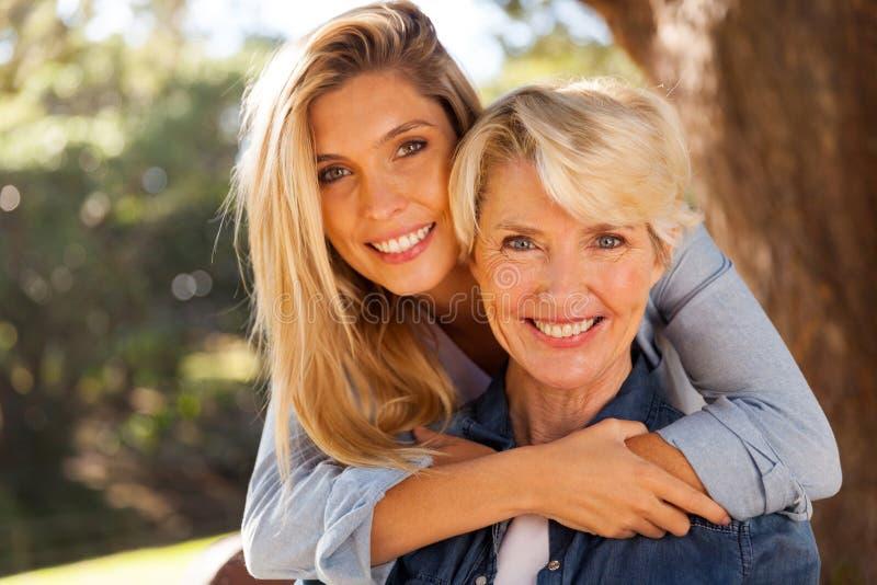 Dochter die Moeder koestert royalty-vrije stock afbeeldingen