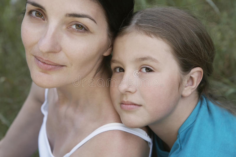Dochter die Moeder omhelzen royalty-vrije stock foto