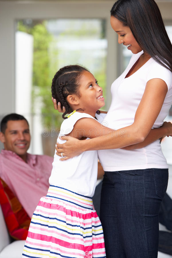Dochter die Zwangere Moeder koesteren royalty-vrije stock foto