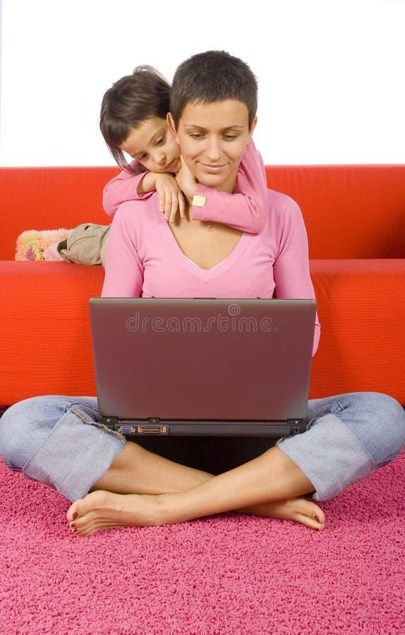 Dochter en haar bezige moeder royalty-vrije stock foto