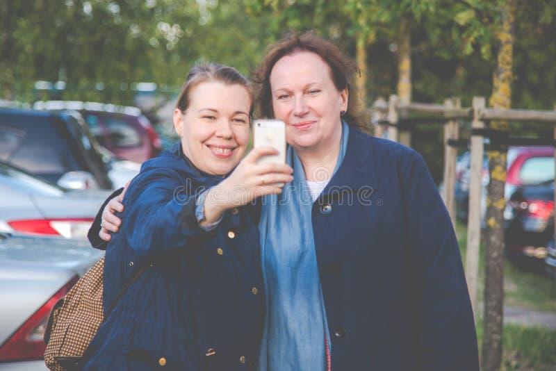 Dochter en moeder die selfies maken royalty-vrije stock afbeeldingen