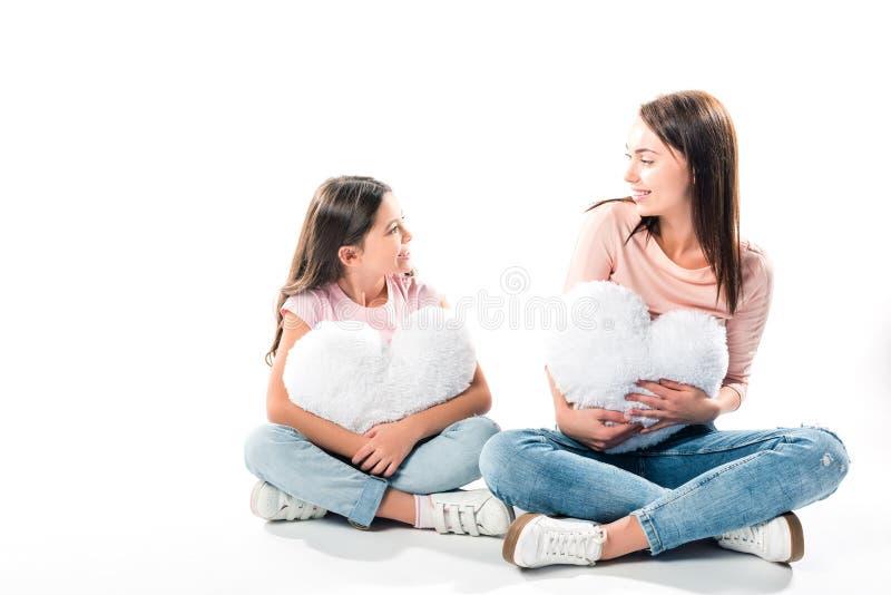 Dochter en moeder met hart gevormde hoofdkussens stock fotografie