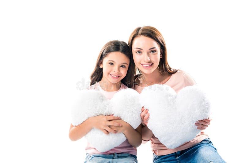 Dochter en moeder met hart gevormde hoofdkussens stock foto