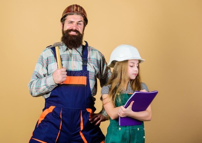Dochter en vader die in workshop herstellen Gebaarde mens met meisje Techniekonderwijs De uitrusting van Nice royalty-vrije stock afbeelding