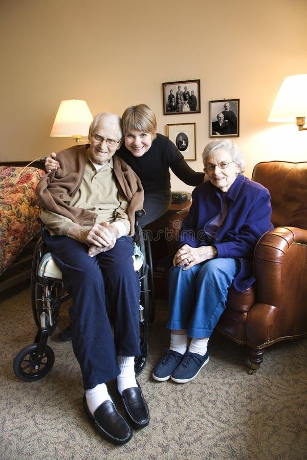 Dochter met bejaarde moeder en vader. royalty-vrije stock afbeeldingen