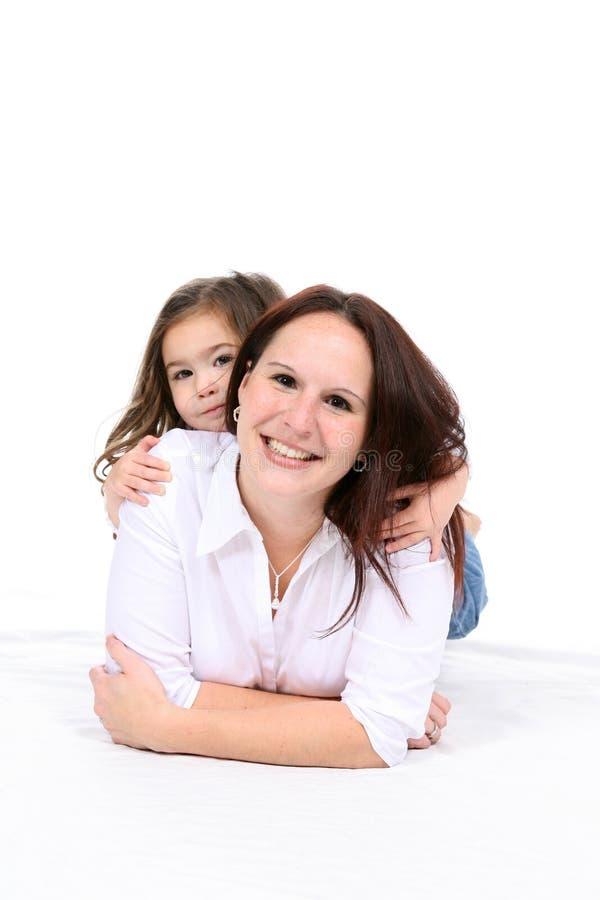 Dochter op de rug van de moeder royalty-vrije stock fotografie