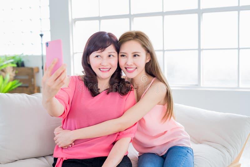 Dochter selfie met haar moeder stock afbeeldingen
