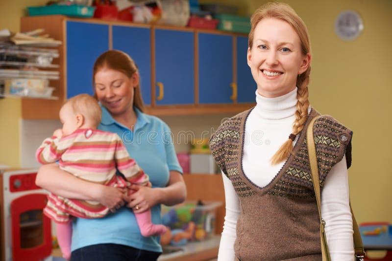 Dochter van de moeder de Dalende Baby weg bij Kinderdagverblijf royalty-vrije stock afbeeldingen
