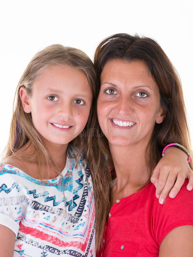 Dochtermeisje in mooie moederwapens op witte achtergrond royalty-vrije stock fotografie
