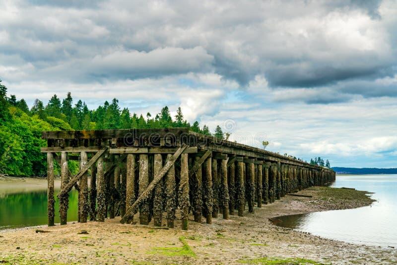 Dock abandonné Puget Sound sur la baie de Woodard image stock