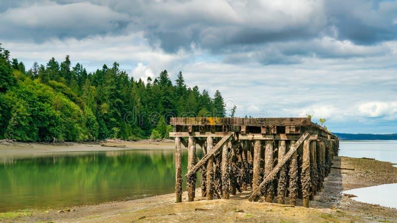 Dock abandonné Puget Sound sur la baie de Woodard photos stock
