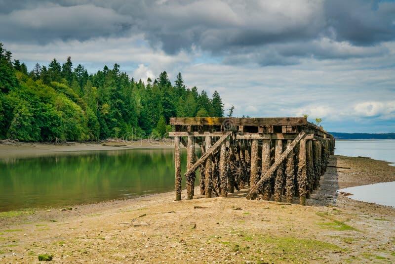 Dock abandonné Puget Sound sur la baie de Woodard images stock