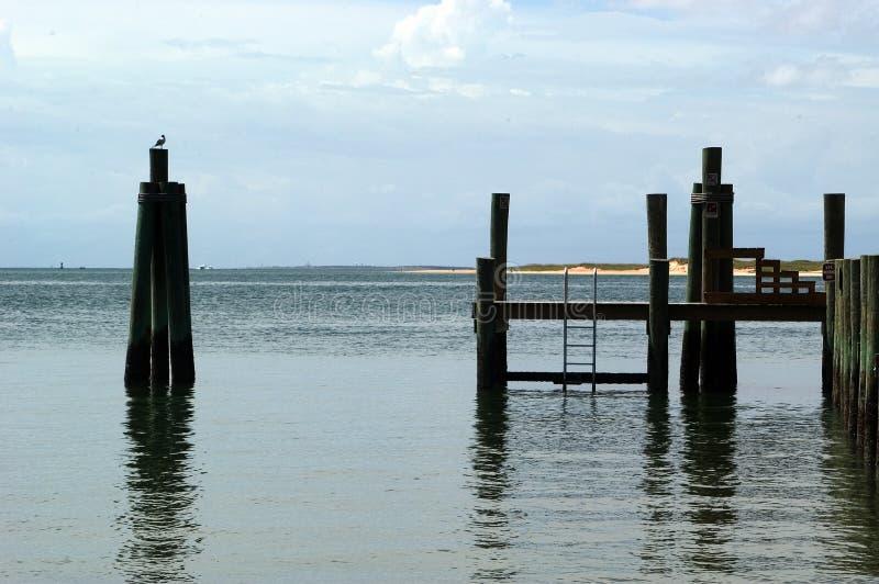 Dock-Ansicht vom Strand lizenzfreie stockbilder