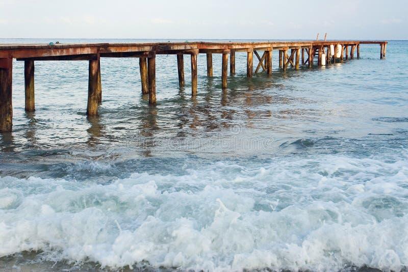Dock auf dem Ozean lizenzfreie stockbilder