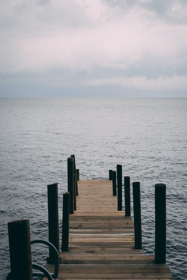 Dock auf dem See atitlan in Guatemala stockbilder