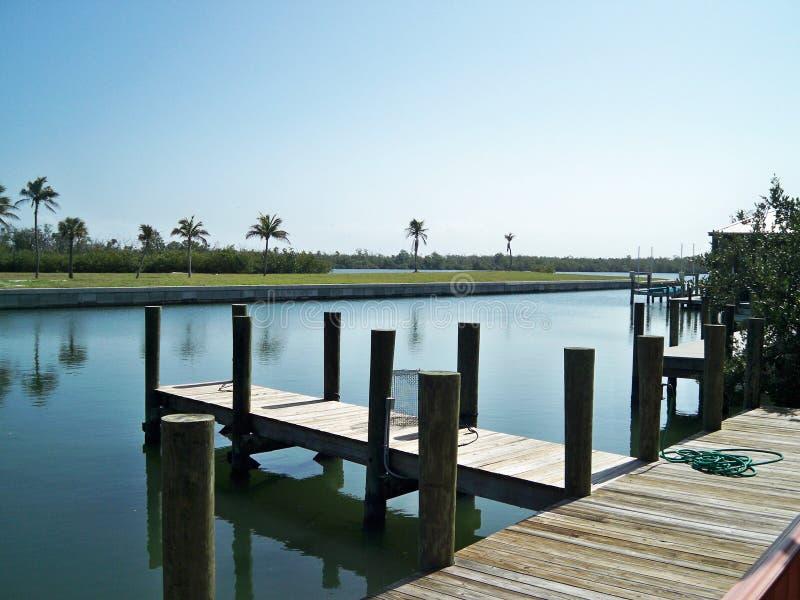 Dock auf dem Wasser am angenehmen sonnigen Tag lizenzfreies stockbild