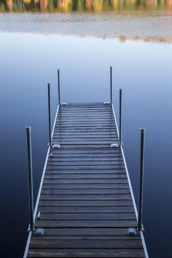 Dock avec des couleurs de chute image stock