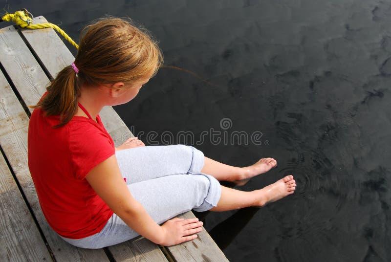 Dock d'enfant de fille photographie stock libre de droits