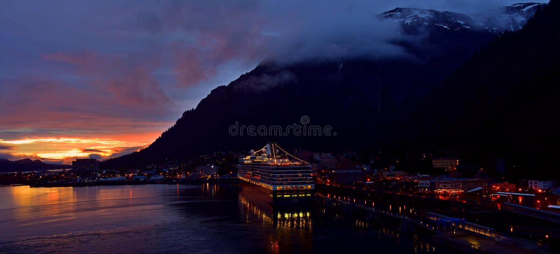 Dock de bateau de croisière de Juneau Alaska au coucher du soleil photographie stock libre de droits