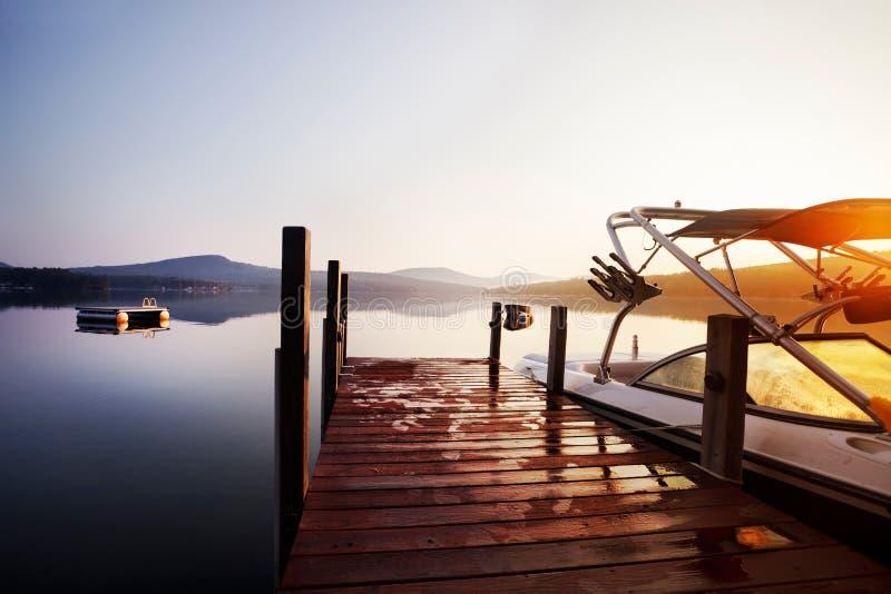 Dock de bateau de lever de soleil photo stock