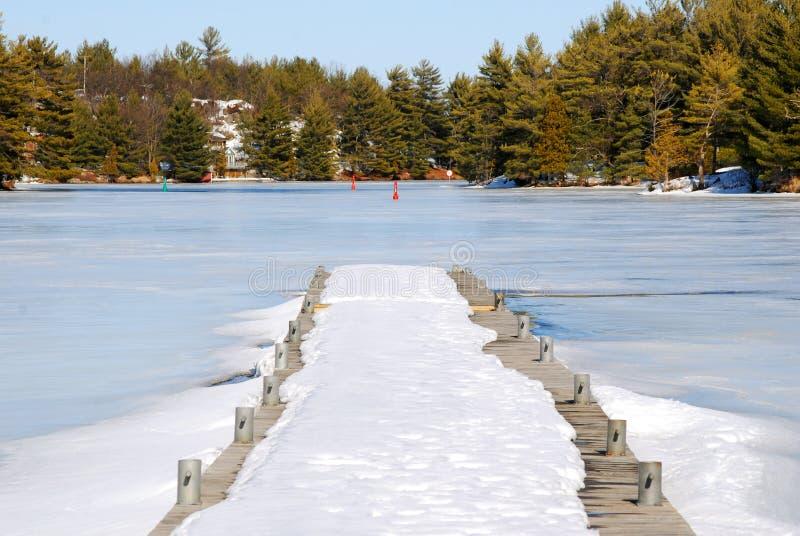 Dock de bateau en hiver images libres de droits