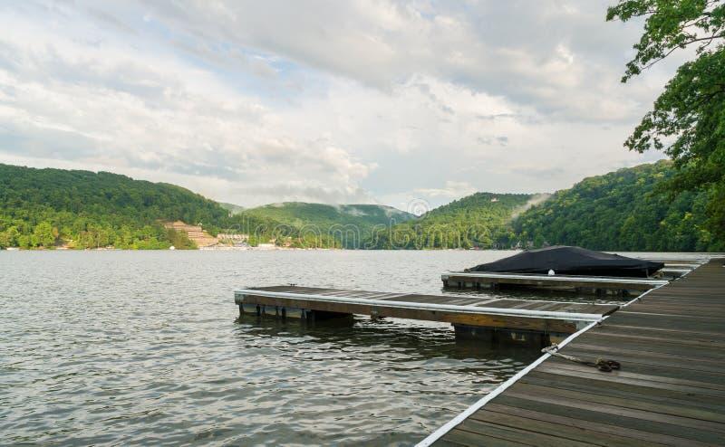 Dock de bateau sur le lac Morgantown cheat images stock