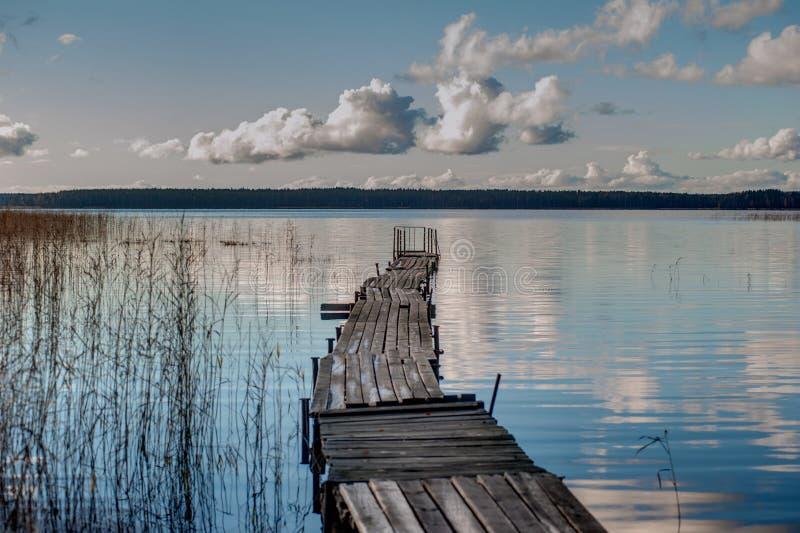 Dock de bateau sur un lac images libres de droits