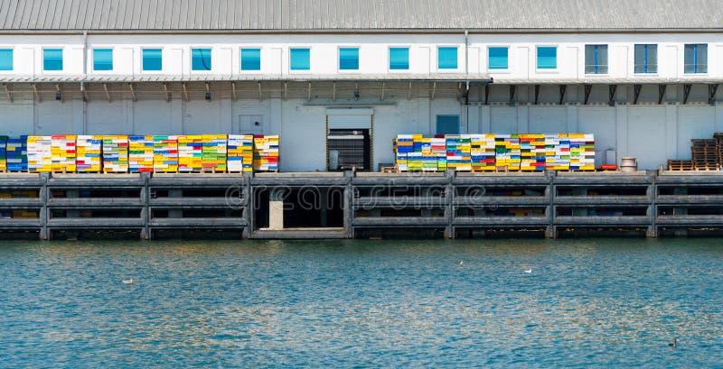 Dock de pêche avec les caisses colorées images libres de droits