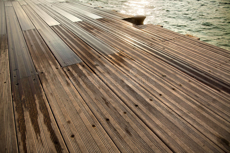 Dock et mer en bois humides image stock